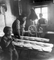 Bäurin beim Brotbacken, 1939 Timeline Classics/Timeline Images