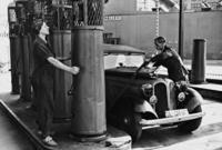 Tankstelle in Berlin, 1939 Timeline Classics/Timeline Images