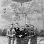 Kinder in Fesselballon-Attrappe