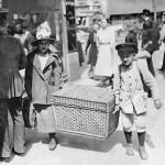 Mit dem Reisekorb auf dem Weg zum Bahnhof, 1920