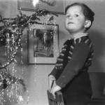Karle vor dem Christbaum