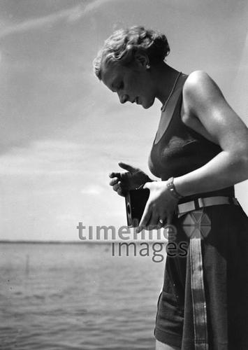 Am Badesee Wannsee fotografiert eine junge Frau, 1939 Timeline Classics/Timeline Images