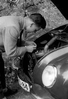 Autoreparatur in Bad Saarow, 1958 Juergen/Timeline Images