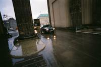 Autoverkehr durch das Brandenburger Tor, 1998 Winter/Timeline Images