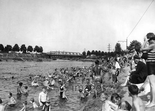 Badende am Teltow-Kanal in Berlin, 1932 Timeline Classics/Timeline Images