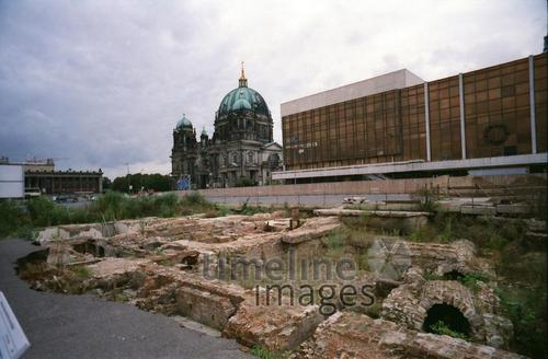 Berliner Dom, Palast der Republik und Schlossfundamente 1998 Winter/Timeline Images