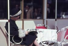 Dame im Cafe Kranzler am Kurfürstendamm in Berlin, 1964 Juergen/Timeline Images
