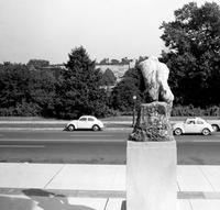 Denker Skulptur vor dem Museum of Art in Baltimore, 1962 Juergen/Timeline Images
