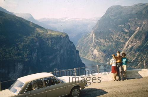 Drei Touristen am Geirangerfjord in Norwegen, 1966 HRath/Timeline Images