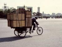 Dreirädriges Fahrrad in Peking, China, 1986 RalphH/Timeline Images