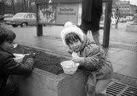 Ein Kind ist Suppe, 1977 Juergen/Timeline Images