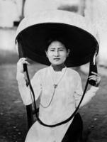 Elegante Chinesin mit Sonnenhut in Tonkin, 1924 Timeline Classics/Timeline Images