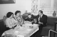 Familie an Silvester, 1955 aniko/Timeline Images