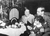 Familie an Weihnachten, 1936 Timeline Classics/Timeline Images