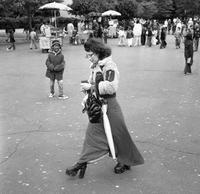 Frau im Washington Square Park in New York City, 1974 Juergen/Timeline Images