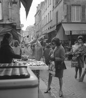 Frau in der Rue Mouffetard in Paris, 1975 Juergen/Timeline Images