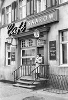 Frau mit Mantel vor dem Cafe Saarow in Bad Saarow, 1960 Jürgen Wagner/Timeline Images