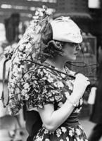 Frau mit Sonnenschirm in Ascot, 1937 Timeline Classics/Timeline Images