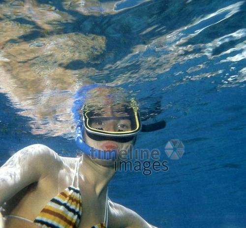 Frau Mit Taucherbrille Und Schnorchel Unter Wasser Im Sinai 1980