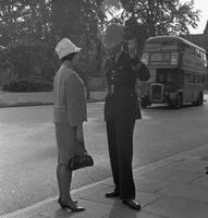 Frau und Polizist in London, 1964 Juergen/Timeline Images