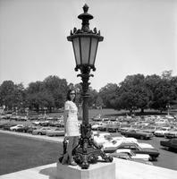 Frau vor einer Lampe am Kapitol in Washington D.C., 1973 Juergen/Timeline Images