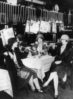 Frauen in einem Raucherclub in New York, 1926 Timeline Classics/Timeline Images