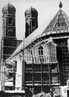 Frauenkirche in München, 1948 Timeline Classics/Timeline Images