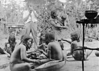 Gerd Kahle filmt Amazonas-Indianerinnen Timeline Classics/Timeline Images