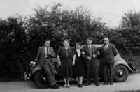 Gruppe mit Auto , 40er Jahre Youlia/Timeline Images