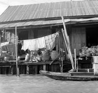 Holzhaus am Flussufer in Bangkok, 1972 hwh089/Timeline Images