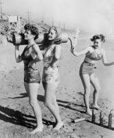Kay Winters, Jan Holm und Susan Hayward an einem Strand bei Los Angeles, 1938 Timeline Classics/Timeline Images