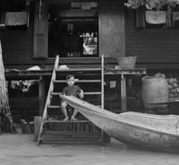 Kind an einem Khlong in Bangkok, 1972 hwh089/Timeline Images