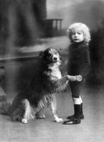 Kind mit Hund, 1921 kartique/Timeline Images