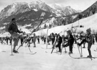 Kinder beim Wintersport ullstein bild - Robert Sennecke/Timeline Images