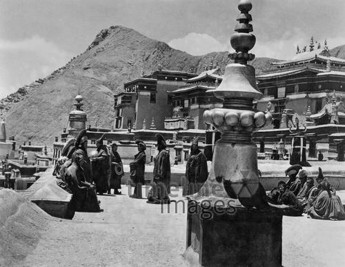 Lama-Priester in Tibet, 1938 Timeline Classics/Timeline Images