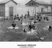 Mädchen im Schwimmbad in Chicago, 1908 Timeline Classics/Timeline Images