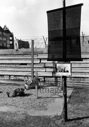 Mahnmal an der Mauer, 1967 Hubertus Hierl/Timeline Images
