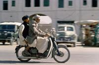 Moped-Fahrer in Kabul, 1963 erkoe/Timeline Images