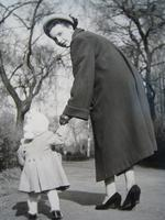 Mutter mit Kind, 1951 Isabella/Timeline Images