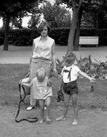 Mutter mit Kindern, 1973 Juergen/Timeline Images