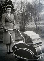 Mutter mit Kinderwagen, 1950 Isabella/Timeline Images