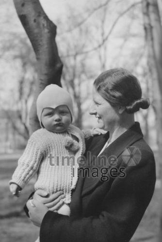 Mutter mit Sohn, 1939 HRath/Timeline Images