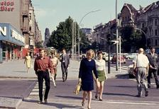 Passanten am Kurfürstendamm in Berlin, 1968 Juergen/Timeline Images