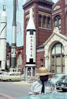Polaris-Rakete und Polizist vor dem Smithonian Institute in Washington D.C., 1962 Juergen/Timeline Images