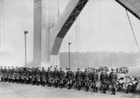 Polizisten auf der Oakland Bay Bridge in San Francisco, 1937 Timeline Classics/Timeline Images