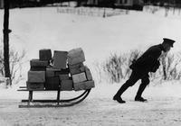 Postbote im Winter, 1936 Timeline Classics/Timeline Images