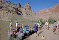 River Rafting Gruppe am Ufer des Colorado, 1993 Raigro/Timeline Images