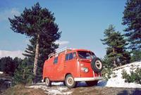 Roter VW-Bus in einer Berglandschaft in Italien, 1975 Raigro/Timeline Images