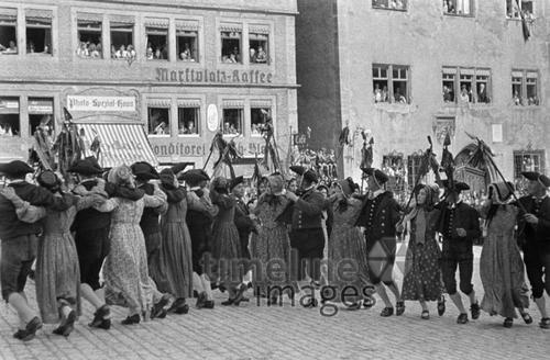 Schäfertanz in Rothenburg, ca. 1935 Joachim Krack/Timeline Images