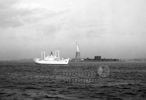 Schiff vor Liberty Island in New York, 1962 Jürgen Wagner/Timeline Images